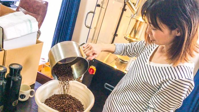 焙煎豆を桶にうつすキラさま